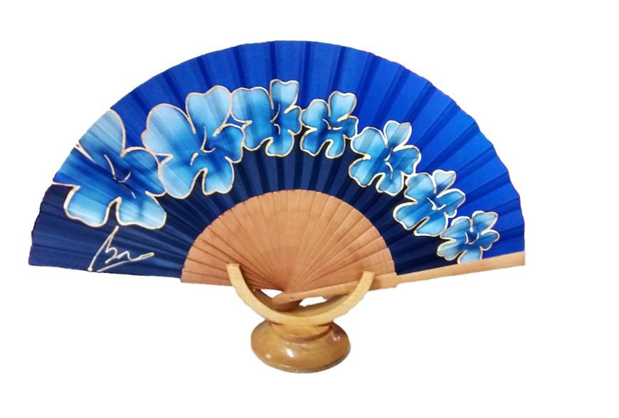 Pintant un ventall de seda de flors blaves