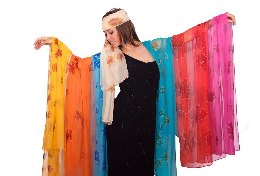 Demostració de pintura sobre seda a l'antiga Fábrica Estrella Damm